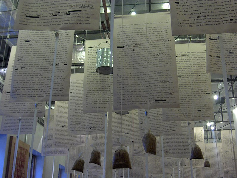 Trechos pendurados de Grande Sertão: Veredas, a obra-prima de Guimarães Rosa, no Salão de Exposições Temporárias do museu.