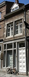 foto van Huis met lijstgevel, met banden en hoekblokken en profiellijsten.