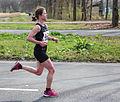 Marathon Rotterdam 2015 deelneemster op weg naar finish.jpg