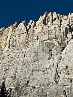 La parete sud della Marmolada d'Ombretta su cui sale la via Attraverso il Pesce (la cengia a forma di pesce è ben visibile al centro della foto)