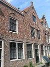 foto van Huis met rechte gevel, waarin vensters met ontlastingsbogen