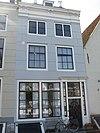 foto van Huis genaamd 'De drie parequytjens' met gepleisterde rechte gevel en door pirons bekroond schilddak aan de straat