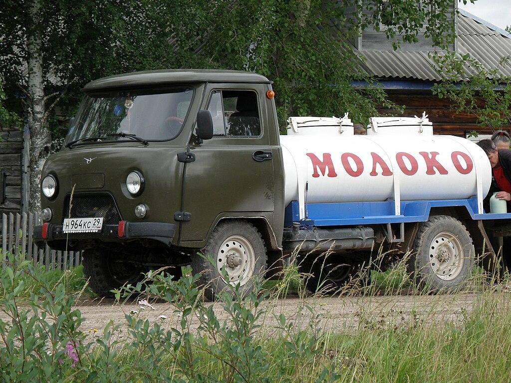 1024px-Milk_truck_in_Russia.jpg