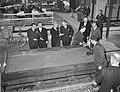 Minister Van Aartsen opent nieuwe fabriek aan Hemweg Minister Van Aartsen kijkt, Bestanddeelnr 913-4027.jpg