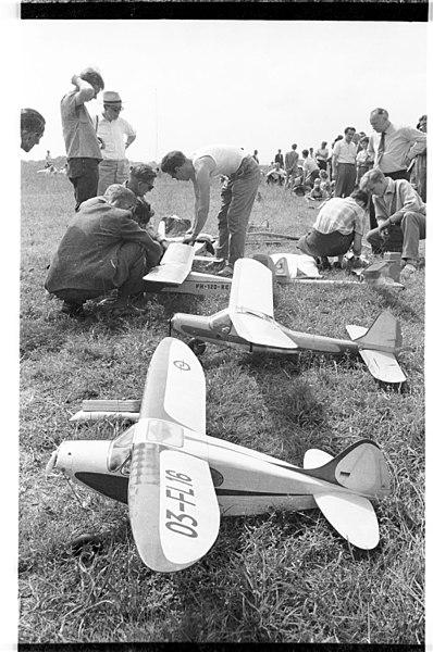 File:Modellflugwettbewerb zur Kieler Woche 1957 (Kiel 13.387).jpg