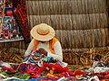 Mujer tejedora en Islas Flotantes de Uros.JPG