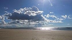Mundaú CE - Praia deserta e ensolarada.jpg