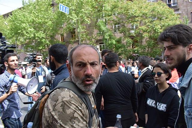 Премьер Армении Никол Пашинян в апреле 2018 года. Возглавляя демонстрацию против действующего премьера Сержа Саргсяна.