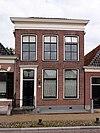 foto van Deftig woonhuis met verdieping en met forse kroonlijst