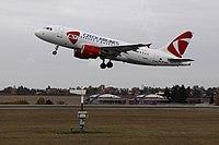 Airbus A319-100 při vzletu z Ruzyně