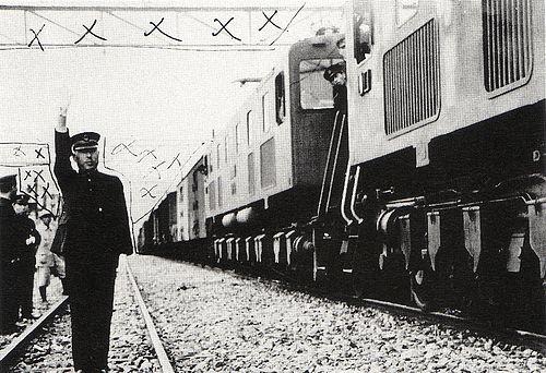 関門トンネルを通過する最初の営業列車に出発合図を送る当時の三好門司駅長。周囲に見える×印は軍の検閲による修正箇所の指示で、国防上重要と思われる施設や設備は、大概が発表時には消去または改竄されていた。