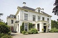 Overzicht van de voorgevel van het landhuis met portiek - Wezep - 20401914 - RCE.jpg
