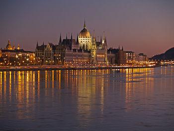 Parlement van Boedapest gelegen aan de Donau