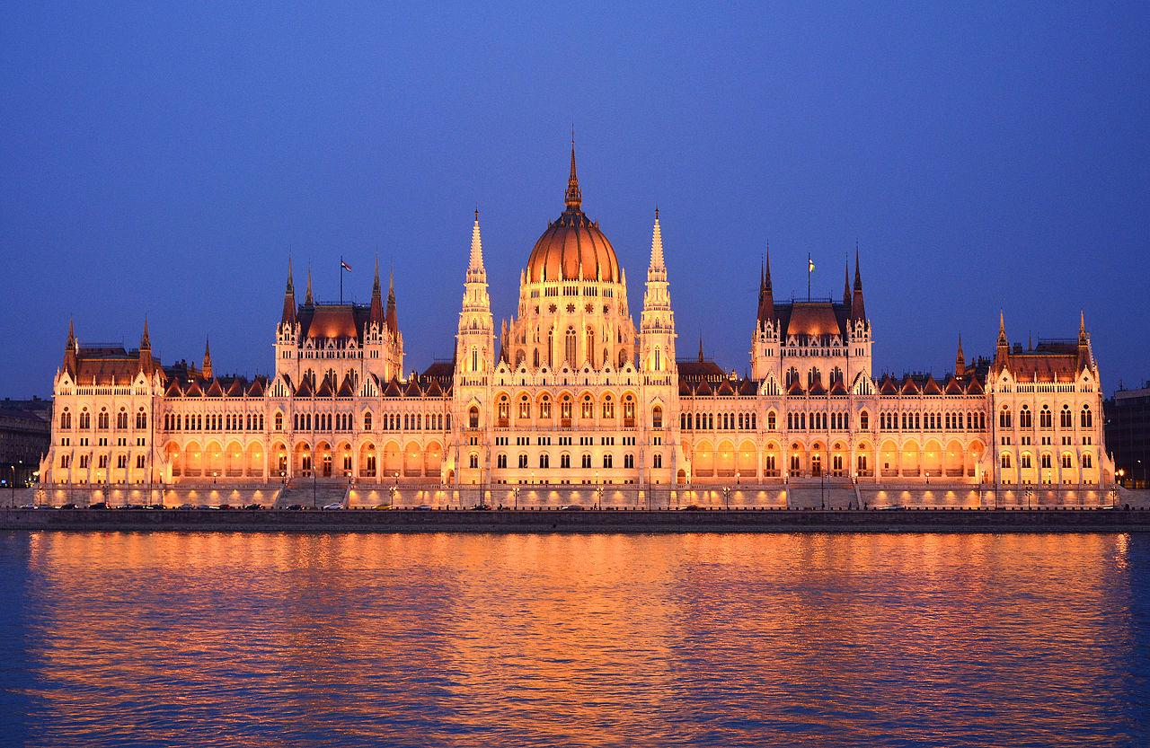 Gedung Parlemen Hungaria di tepi Sungai Donau di Budapest