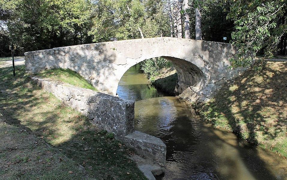 Pont Vieux de Cailhavel et son abreuvoir, enjambant la Rigole de la Plaine à Saint-Félix-Lauragais.