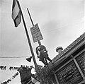 Pop voorstellende Hitler hangt aan een paal met opschrift was ik maar schilder, Bestanddeelnr 900-4559.jpg