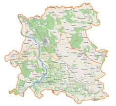 """Mapa konturowa powiatu puławskiego, po lewej nieco u góry znajduje się punkt z opisem """"miejsce bitwy"""""""