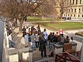 Praha, Staré Město, Alšovo nábřeží, turisti 01.jpg
