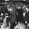 Prins Bernhard gaat vuurpijlen afsteken bij een studentenfestiviteit, Bestanddeelnr 934-6386.jpg