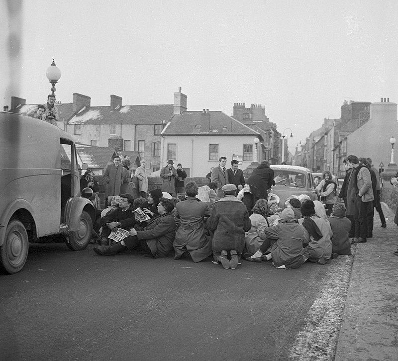 Protest gyntaf Cymdeithas yr Iaith Gymraeg ar Bont Trefechan, Aberystwyth (24825457959).jpg