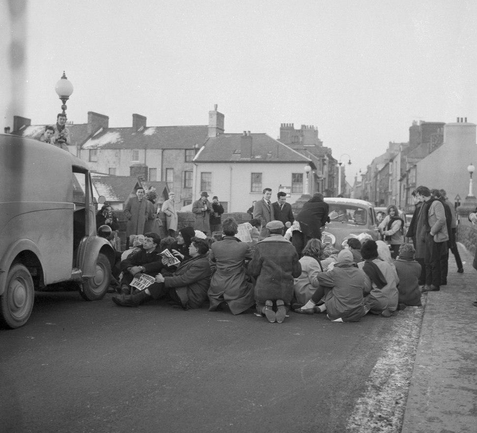 Protest gyntaf Cymdeithas yr Iaith Gymraeg ar Bont Trefechan, Aberystwyth (24825457959)