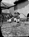 Quichua dansa utanför kyrkan i Pelechuco. Pelechuco. Bolivia - SMVK - 002445.tif