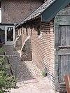 Hofstede Het Klaphek. Boerderij van het Betuwse T-huistype. Het zeven vensterassen brede, onderkelderde woongedeelte heeft een rieten schilddak en vensters met zesruitsramen en luiken. Gaaf bewaarde deel. Rechts een stenen schuur onder rieten wolfdak