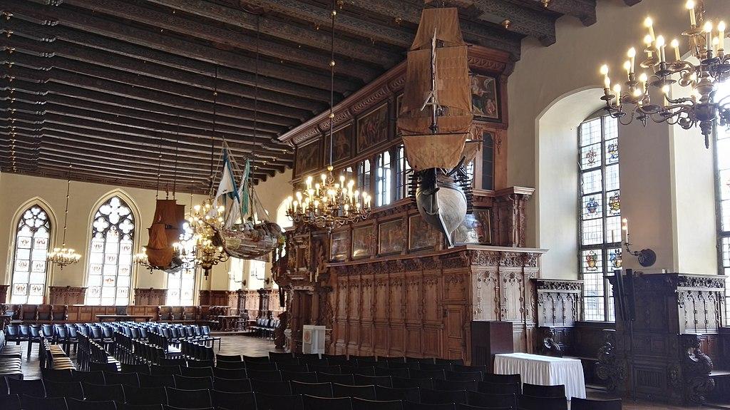 Obere Rathaushalle im Rathaus Bremen innen (Von der Decke hängen die drei Orlogschiffe und die Cui bono. 2019-04-19 -5