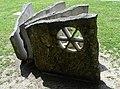 René Küng (1927), Bildhauer. Grosses Steinbuch, 1990, Lindenplatz, Allschwil, Basel-Landschaft.jpg