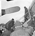 Richard Burton vandaag op Schiphol aan het filmen, scene opname op het platform , Bestanddeelnr 917-6920.jpg