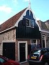 foto van Huisje met eenvoudige topgevel boven een bakstenen pui