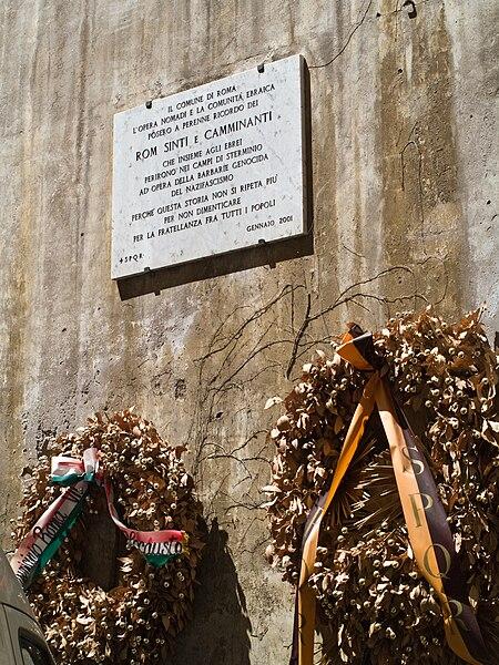 File:Roms Sinti persecutions plaque.jpg