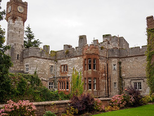 Ruthin Castle courtyard - panoramio