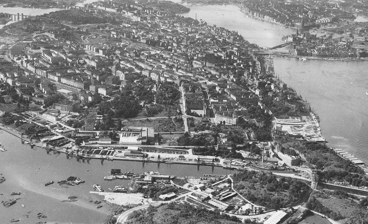 Vy over Södermalm fra oste-sydøst 1937.   Længst bag til venstre ses Liljeholmsbroen og Årstabron og længst bag til højre den Gamle by, Kungsholmen og Västerbron.   I forgrunden strækker Hammarby sø og Danvikskanalen sig.   Nærmest i billede ligger Henriksdalbjerget som hører til Nacka kommune.
