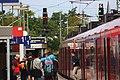 S-Bahn DB 425 581 Richtung Aachen Hbf hält in Aachen West, Leute steigen aus.jpg