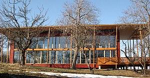 Straw-bale construction - Image: S House Stohballen Passivhaus Südseite im Winter