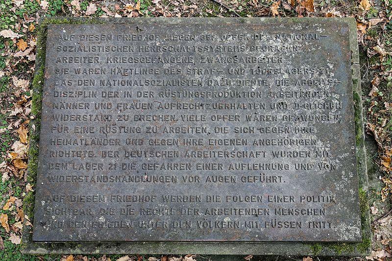 Das Arbeitserziehungslager Hallendorf oder Lager 21 800px-Salzgitter-Hallendorf_-_Ehrenfriedhof_Westerholz-Gedenktafel