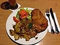 Schnitzel med stegte kartofler og salat (8338558525).jpg