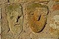 Sensweiler, reliëfs van gezichten in de torenmuur.JPG