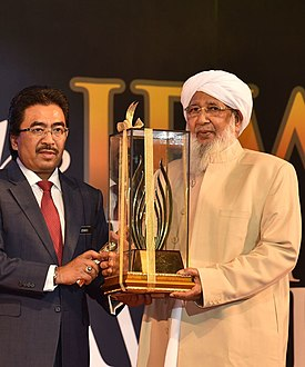Sheikh Abubakr receiving an Award by OIC Today.jpg