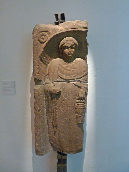 File:Stèle funéraire au gobelet-Altorf-Musée archéologique de Strasbourg.jpg