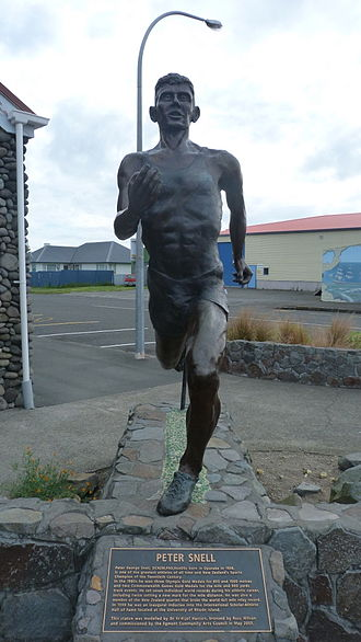 Opunake - Bronze statue of Peter Snell