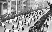 Suffragists Parade Down Fifth Avenue, 1917.JPG