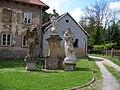 Svatý Jan pod Skalou čp. 3 a mariánské sousoší.jpg