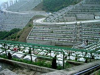 經過地區人士多年爭取,管理墳場的華人永遠墳場管理委員會於2006年落實興建另一條由調景嶺起始的新路,並於在日前正式落成啟用。 (圖片:SRR@Wikimedia)