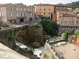 The river, bridge and buildings in Trans-en-Provence