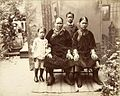 Tropenmuseum Royal Tropical Institute Objectnumber 60012337 Portret van een Chinese immigrantenfa.jpg