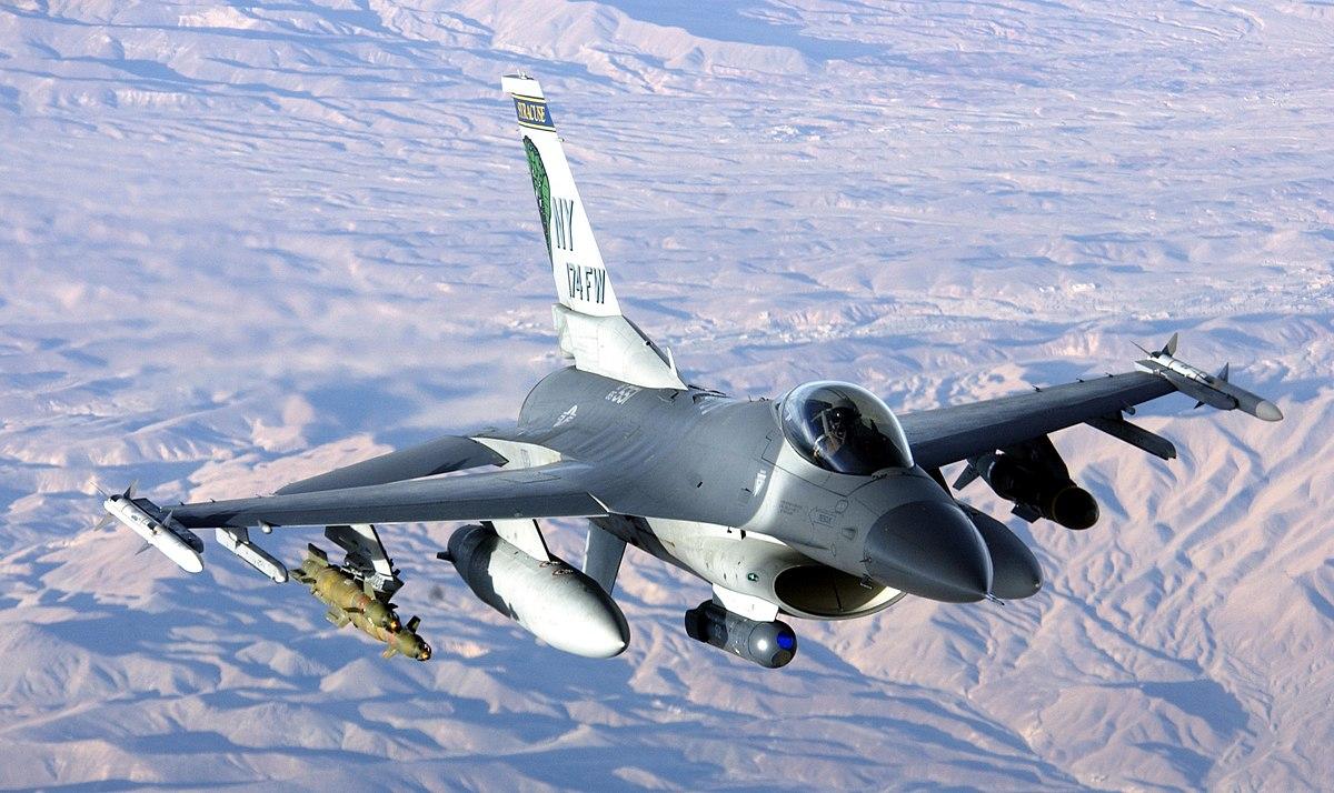 アフガニスタンで作戦行動中のF-16