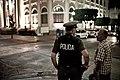 Un policia hablando con un señor en Mayagüez, Puerto Rico.jpg