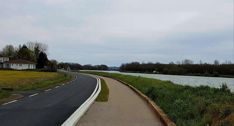 Une bienvenue route cyclable, vers St-Barthélémy de Seignanx (Landes), le long de l'Adour